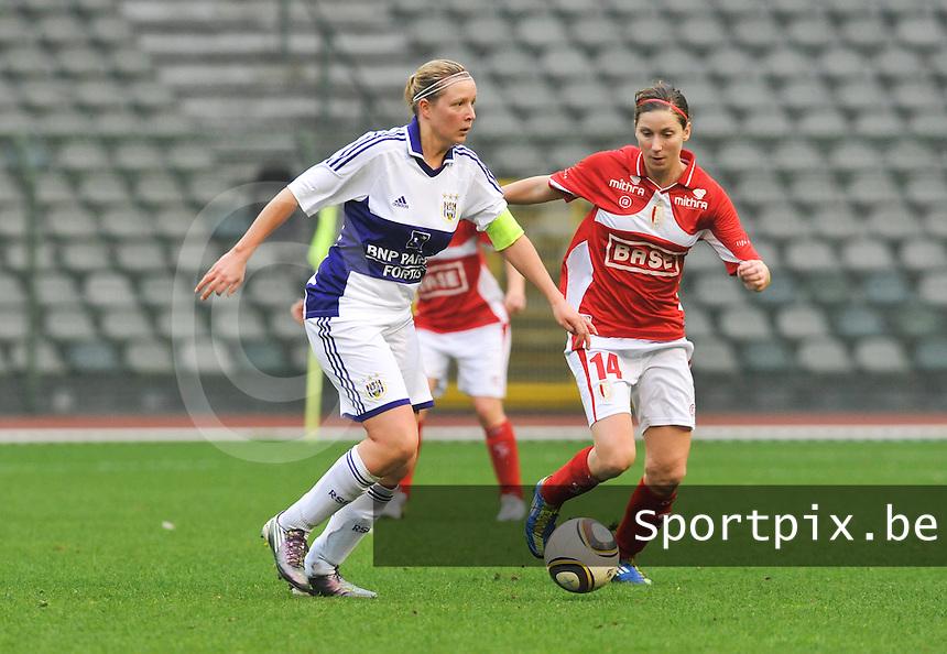 RSC Anderlecht Dames - Standard Femina de Liege : Sophie Mannaert aan de bal voor Berit Stevens.foto DAVID CATRY / Vrouwenteam.be