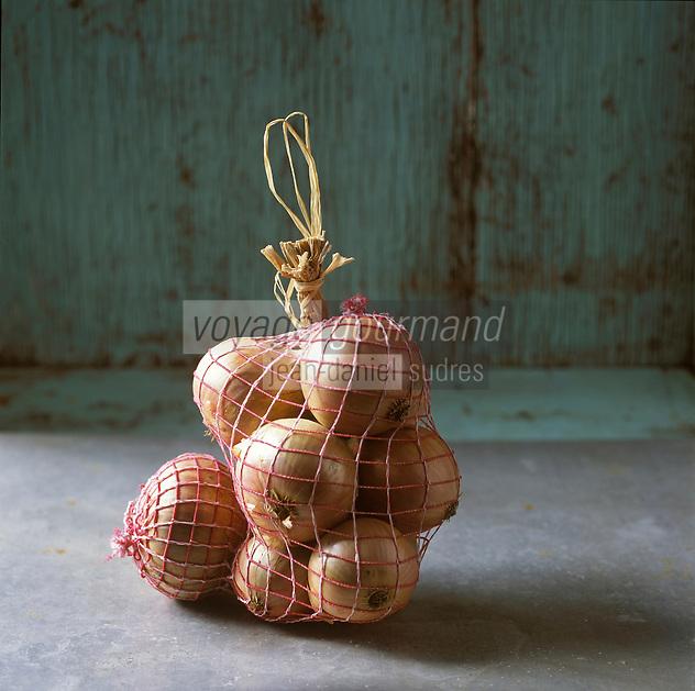 Europe/France/Bretagne/29/Fnistère/Roscoff: Oignon rosé de Roscoff -AOC  Stylisme Valérie Lhomme // France, Finistere, Roscoff, Roscoff AOC pink onions, photography styling by Valerie Lhomme