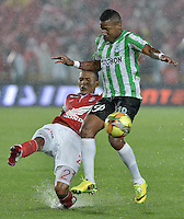 BOGOTÁ -COLOMBIA, 07-05-2014. Francisco Meza (Izq) de Independiente Santa Fe disputa el balón con Wilder Guisao (Der) del Atlético Nacional durante partido de ida por las semifinales de la Liga Postobón  I 2014 jugado en el estadio Nemesio Camacho el Campín de la ciudad de Bogotá./ Independiente Santa Fe player Francisco Meza (L) fights for the ball with Atletico Nacional player Wilder Guisao (R) during first leg match for the semifinals of the Postobon League I 2014 played at Nemesio Camacho El Campin stadium in Bogotá city. Photo: VizzorImage/ Gabriel Aponte / Staff