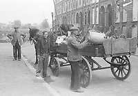 Photo from the NIOD's Huizinga collection. Garbage collectors collect waste during the war years