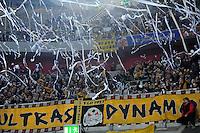 4. November 2011: Duesseldorf, Esprit-Arena: Fussball 2. Bundesliga, 14. Spieltag: Fortuna Duesseldorf - SG Dynamo Dresden: Dresdens Fans werfen vor dem Spiel Papierschlangen auf das Spielfeld.