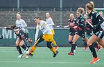 AMSTELVEEN - Lidewij Welten (DenBosch)  met Eva de Goede (Adam)   tijdens de hoofdklasse hockeywedstrijd dames,  Amsterdam-Den Bosch (1-1).   COPYRIGHT KOEN SUYK