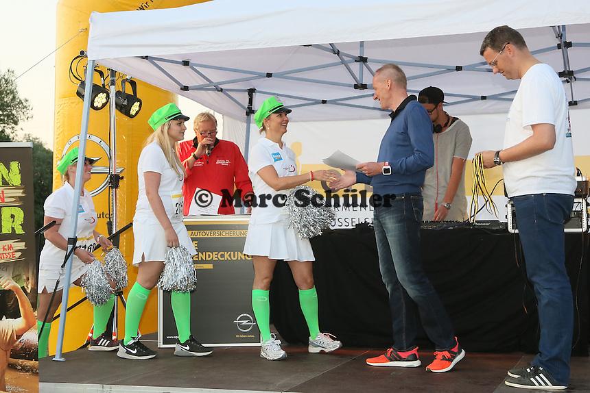 Viktoria Apotheke wird als kreativstes Team vom OPEL Vorstandsvorsitzendem Karl-Thomas Neumann ausgezeichnet - 4. OPEL Firmenlauf, Stadion am Sommerdamm