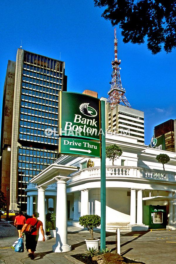 Bancos na Avenida Paulista, São Paulo. 2003. Foto de Juca Martins.
