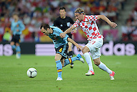 FUSSBALL  EUROPAMEISTERSCHAFT 2012   VORRUNDE Kroatien - Spanien                 18.06.2012 Andres Iniesta (li, Spanien) gegen Domagoj Vida (re, Kroatien)