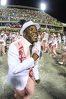 RIO DE JANEIRO, RJ 09.02.2016 - CARNAVAL-RJ - Integrantes da escola de samba Mangueira durante segundo dia de desfiles do grupo especial do Carnaval do Rio de Janeiro no Sambódromo Marquês de Sapucaí na região central da capital fluminense na madrugada desta segunda-feira, 09. (Foto: William Volcov/Brazil Photo Press)