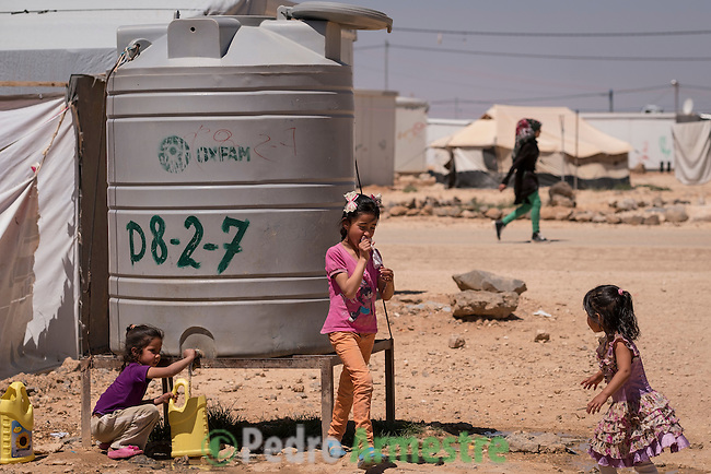 2016/04/18. Jordania Zaatari.<br />  M&aacute;s de 86.000 refugiados sirios viven en el campo de Zaatari, en Jordania. De ellos, el 60% son ni&ntilde;os. Las familias esperan poder regresar a Siria cuando termine la guerra. Save the Children trabaja en Zaatari apoyando a las familias con servicio de guarder&iacute;a y refuerzo educativo para los ni&ntilde;os hasta 12 a&ntilde;os. La organizaci&oacute;n tambi&eacute;n reparte alimentos y atiende a los refugiados sirios que viven fuera de Zaatari, en ciudades como Amman. &copy; Pedro Armestre/ Save the Children Handout. No ventas -No Archivos - Uso editorial solamente - Uso libre solamente para 14 d&iacute;as despu&eacute;s de liberaci&oacute;n. Foto proporcionada por SAVE THE CHILDREN, uso solamente para ilustrar noticias o comentarios sobre los hechos o eventos representados en esta imagen.<br /> <br /> 2016/04/18. Jordania Zaatari.<br />  More tan 86.000 Syrian refugees live in the Zaatari camp, in Jordan. Of these, 60% are children. The families hope to return to Syria after the war. Save the Children works in Zaatari supporting families with childcare and educational support for children. The organization also distributes food and works with the families outside Zaatari, in cities like Amman. &copy; Pedro Armestre/ Save the Children Handout - No sales - No Archives - Editorial Use Only - Free use only for 14 days after release. Photo provided by SAVE THE CHILDREN, distributed handout photo to be used only to illustrate news reporting or commentary on the facts or events depicted in this image.
