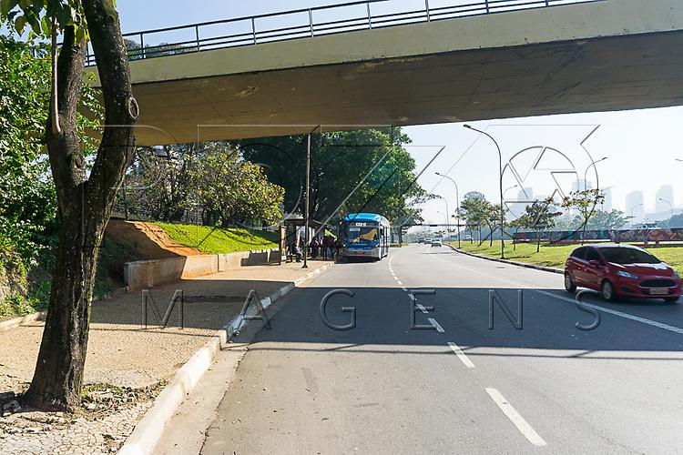 Embarque de passageiro em transporte coletivo na Avenida 23 de Maio, São Paulo - SP, 06/2016.