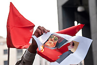 Milano, manifestazione a sostegno delle rivolte in Libia contro il governo di Muammar Gheddafi. Dei manifestanti bruciano una immagine di Gheddafi e Berlusconi --- Milan, demonstration in support of the revolts in Libya against the government of Muammar Gheddafi. Some demonstrators burn an image of Gheddafi with Berlusconi
