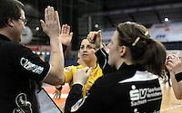 1. Bundesliga Handball Frauen - Punktspiel HC Leipzig (HCL) : DJK / MJC Trier - Arena Leipzig - im Bild: HCL Jubel - v.l. Peter Holzke, Ania Rösler und Maike Daniels. Foto: Norman Rembarz ..