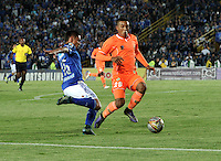 BOGOTA - COLOMBIA -27 -10-2015: Deiver Machado (Izq.) jugador de Millonarios disputa el balón con Daniel Londoño (Der.) jugador de Envigado FC, durante partido entre Millonarios y Jaguares FC, por la fecha 17 de la Liga Aguila II-2015, jugado en el estadio Nemesio Camacho El Campin de la ciudad de Bogota. / Deiver Machado (L) player of Millonarios vies for the ball with Daniel Londoño (R) player of Envigado FC, during a match between Millonarios and Jaguares FC, for the date 17 of the Liga Aguila II-2015 at the Nemesio Camacho El Campin Stadium in Bogota city. Photo: VizzorImage / Luis Ramirez / Staff.