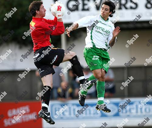 2009-08-22 / Voetbal / Cofidis Cup / Dessel Sport - OH Leuven / Rutten van OHL heeft de balklemvast. Alajdi El Idrissi komt te laat..Foto: Maarten Straetemans (SMB)