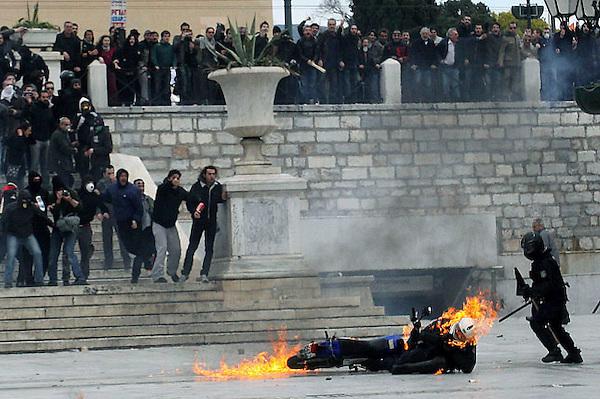 ATH01. ATENAS (GRECIA), 23/02/2011.- Un policía arde tras el lanzamiento de un cóctel molotov que prendió fuego a su ropa, durante una manifestación en el centro de Atenas, convocada con motivo de la huelga general contra las rígida política de ahorro del Gobierno griego, el 23 de febrero de 2011. EFE/Dimitris Golfomitsos