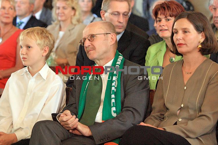 Empfang Bildungssenator Willi Lemke zum 60. Geburtstag im Bremer Rathaus<br /> <br /> Willi Lemke lauscht der musikalischen Untermalung im Bremer Rathaus hier zusammen mit Ehefrau Heide (re) <br /> <br /> Foto &copy; nordphoto <br /> <br /> <br /> <br />  *** Local Caption ***