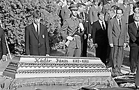 UNGARN, 14.07.1989.Budapest - VIII. Bezirk.Staatsbegraebnis von Janos Kadar (korrekt: J?nos K?d?r), Generalsekretaer der Kommunistischen Partei MSZMP auf dem Kerepesi Nationalfriedhof. Der Sarg am Grab nicht weit vom Kommunistischen Pantheon..State funeral of Communist Party (MSZMP) General Secretary Janos Kadar who died on July 6. The coffin at the grave not far from the Kerepesi national cemetery's communist pantheon. .© Martin Fejer/EST&OST