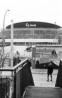 Berlino, resti del Muro (East Side Galley) e il palazzetto dello sport O2 World --- Berlin, remains of the Wall (East Side Gallery) and the sports hall O2 World