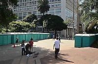 SAO PAULO, SP, 04 DE MAIO DE 2012 - PREPARATIVOS VIRADA CULTURAL - Banheiros quimicos sao colocados no vale do anhangabau para a Virada Cultural na regiao central da capital, na manha desta sexta feira. FOTO: ALEXANDRE MOREIRA - BRAZIL PHOTO