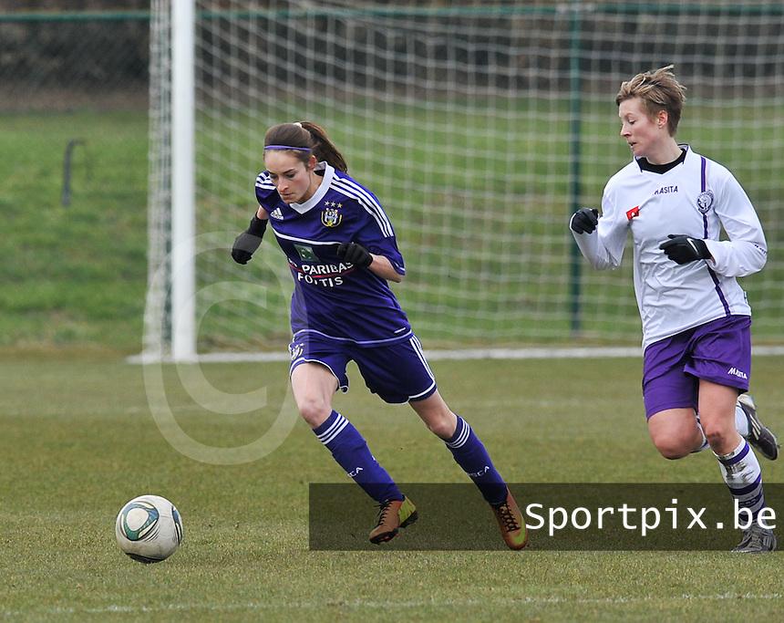 RSC Anderlecht Dames - Beerschot : Tessa Wullaert aan de bal voor Tamara Valentijn.foto DAVID CATRY / Vrouwenteam.be
