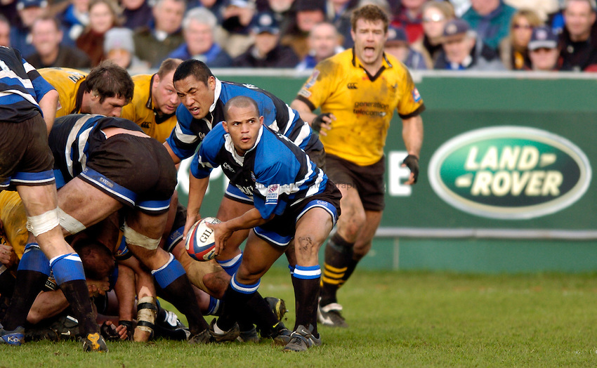 Photo: Richard Lane..Bath Rugby v London Wasps. Zurich Premiership..07/02/2004..Wylie Human passes.