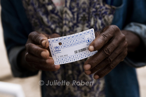 Un refugie montre sa carte, donne par le HCR, au camp de Bahn au Liberia, le 23 mars 2011<br /> <br /> An ivorian refugee shows his card given by the HCR, at Bahn Camp in Liberia, on march 23 2011.