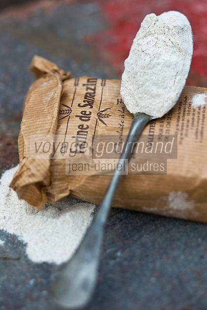 Europe/France/Pays de la Loire/44/Loire-Atlantique/Presqu'île de Guérande/Guérande/ Sur le marché farine de Sarrazin pour préparer les galettes de blé noir - de J.P Evain à l'Arfaut-Pompas //+  France, Loire Atlantique, peninsula of Guerande, Guerande, on the flour market Sarrazin to prepare buckwheat pancakes JP Evain to Arfaut Pompas