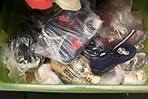 Gespendete Kleider/Schuhe in den Räumlichkeiten von Migration Aid. 14.06.18
