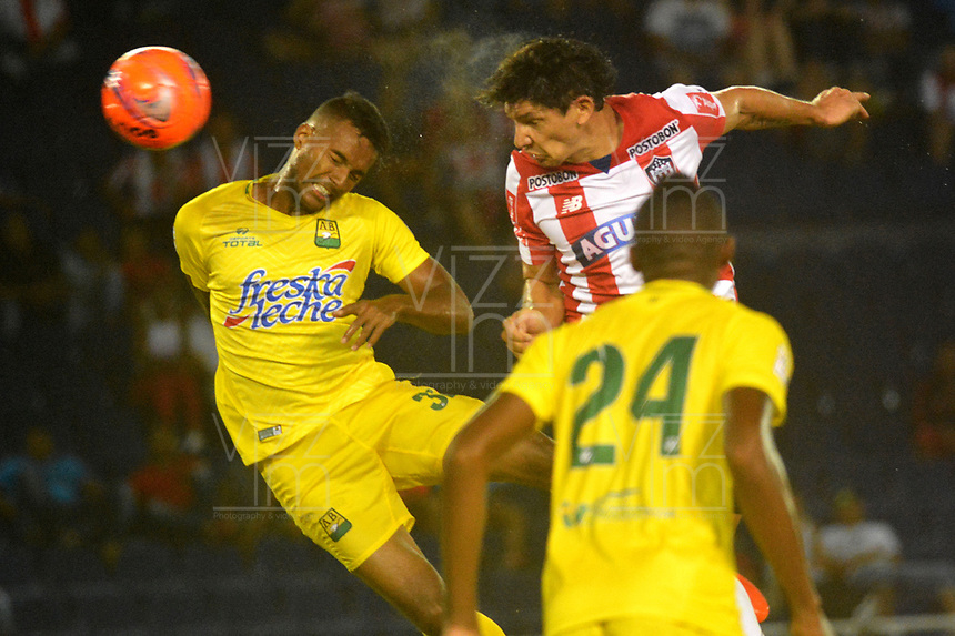 BARRANQUILLA - COLOMBIA - 10 - 05 - 2017: Roberto Ovelar (Der.) jugador de Atletico Junior disputa el balón con Davinson Monsalve (Izq.) jugador de Atletico Bucaramanga durante partido de la fecha 17 entre Atletico Junior y Atletico Bucaramanga por la Liga Aguila I-2017, jugado en el estadio Metropolitano Roberto Melendez de la ciudad de Barranquilla. / Roberto Ovelar (R) player of Atletico Junior vies for the ball with Davinson Monsalve (L) player of Atletico Bucaramanga during a match of the date 17th between Atletico Junior and Atletico Bucaramanga for the Liga Aguila I-2017 at the Metropolitano Roberto Melendez Stadium in Barranquilla city, Photo: VizzorImage  / Alfonso Cervantes / Cont.