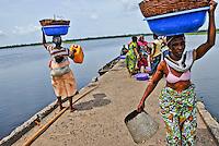 Nigeria - Fishmongers arguing on the pier