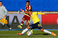 RANCAGUA- CHILE - 14-06-2015: Jeison Murillo (Der.) jugador de Colombia, disputa el balón con Ronald Vargas (Izq.) jugador de Venezuela durante partido Colombia y Venezuela, por la fase de grupos, Grupo C, de la Copa America Chile 2015, en el estadio El Teniente en la Ciudad de Rancagua. / Jeison Murillo (R) player of Colombia, vies for the ball with Ronald Vargas (L) player of Venezuela, during a match between Colombia and Venezuela for the group phase, Group C, of the Copa America Chile 2015, in the El Teniente stadium in Rancagua city. Photos: VizzorImage /  Photosport / Paul Plaza / Cont.