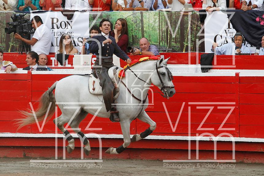MANIZALES-COLOMBIA. 07-01-2016: Diego Ventura realiza acrobacias con su caballo durante la tercera corrida como parte de la versión número 60 de La Feria de Manizales 2016 que se lleva a cabo entre el 2 y el 10 de enero de 2016 en la ciudad de Manizales, Colombia. / Diego Ventura makes stunts with his horse during the third bullfight as part of the 60th version of Manizales Fair 2016 takes place between 2 and 10 January 2016 in the city of Manizales, Colombia. Photo: VizzorImage / Santiago Osorio / Cont