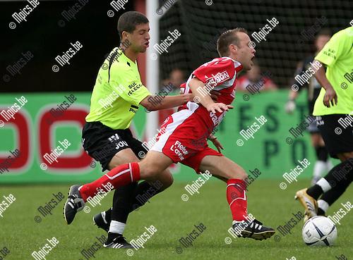 2007-08-19 / Voetbal / K Lyra TSV - R EXE Virton / Tim Smolders van Lyra met Karim Balhocine van Virton in de rug