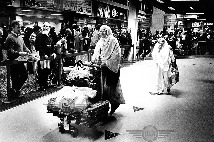 ©Piet den Blanken/Panos Pictures..United Kingdom, London, 1999. Immigration. Arrival at Heathrow Airport, where immigrants are being detained. Guards are trying to prevent photographing the centre.  Asylumseekers / refugees / migration