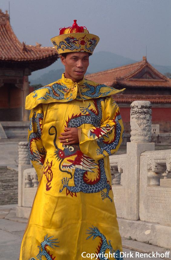 Fotos in Kaiserkleidern vor Grab Yu Ling, östliche Qinggräber (QingDongLing) bei Peking, China, Unesco-Weltkulturerbe