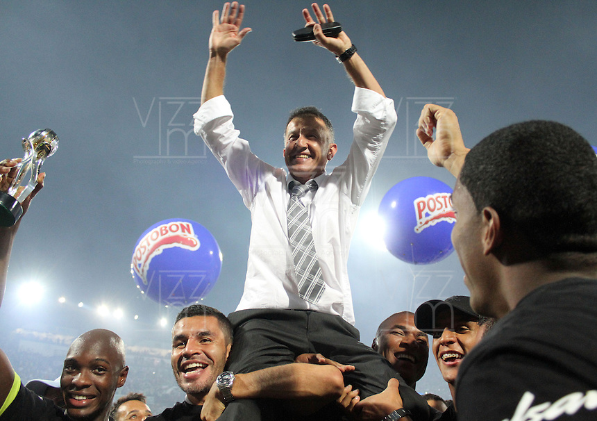 MEDELLIN -COLOMBIA- 15 -12-2013. Juan Carlos Osorio director tecnico del Atletico Nacional  celebra con los jugadores  al ganar el campeonato de la Liga  Postobon-2  al vencer al Deportivo Cali, partido de vuelta correspondiente  a la Final de la  Liga  Postobon-2 ,estadio Atanasio Girardot / Juan Carlos Osorio technical director of the National Atletico players celebrate with the championship by winning the Liga Postobon-2 by beating Deportivo Cali, leg corresponding to the final of the Ligue Euro-2, Atanasio Girardot stadium: VizzorImage / Felipe Caicedo / Staff