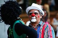 SAO PAULO, SP, 06 DE JULHO DE 2013. ARRAIAL DE SAO PAULO NO VALE DO ANHANGABAU Palhaço dança com boneca da Nega Maluca durante o Arraial São Paulo no Vale do Anhangabaú que acontece neste final de semana no centro de São Paulo. FOTO ADRIANA SPACA/BRAZIL PHOTO PRESS