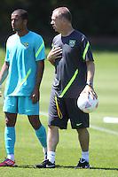 LONDRES, INGLATERRA, 24 JULHO 2012 - TREINO SELECAO BRASILEIRA - Lucas (E) e o treinador Mano Menezes da Seleção Brasileira Olimpíca de futebol, durante treino para a partida contra o Egito, válida pela primeira rodada do Grupo C das Olimpíadas de Londres 2012, na Inglaterra. Treino no CT do Arsenal em Londres. (FOTO: GUILHERME DE ALMEIDA / BRAZIL PHOTO PRESS).