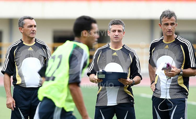 Fussball International U 17 WM  Schiedsrichter Fitnesstest, Sprint Jose Maria Garcia Aranda (FIFA/ESP) Chef der Schiedsrichter Abteilung, Claudio Pilot (FIFA/SUI) und Werner Helsen (FIFA/BEL,v.li)