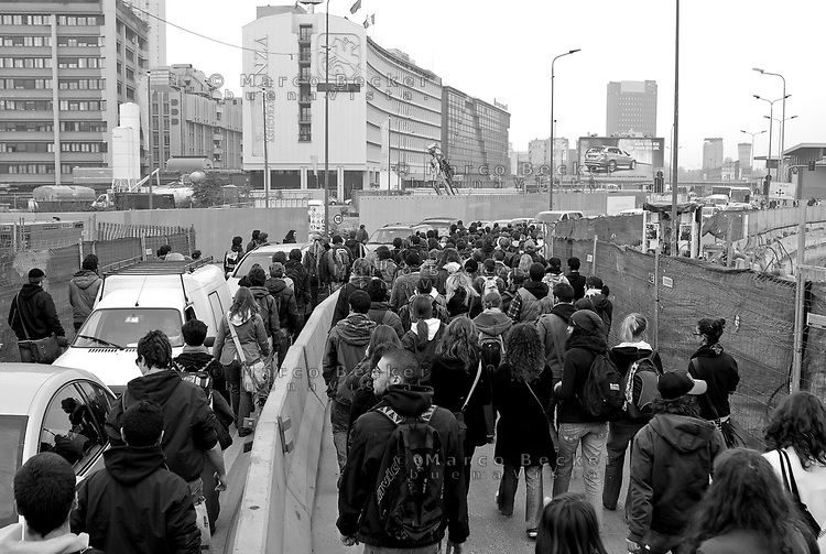 milano, mobilitazione degli studenti per ottenere un treno a prezzo politico con cui andare a roma alla manifestazione nazionale contro la riforma dell'istruzione. verso porta garibaldi  --- milan, students demonstrate for a train to rome at subsidized price, in order to participate at the national demonstration against the school reform. towards garibaldi gate...