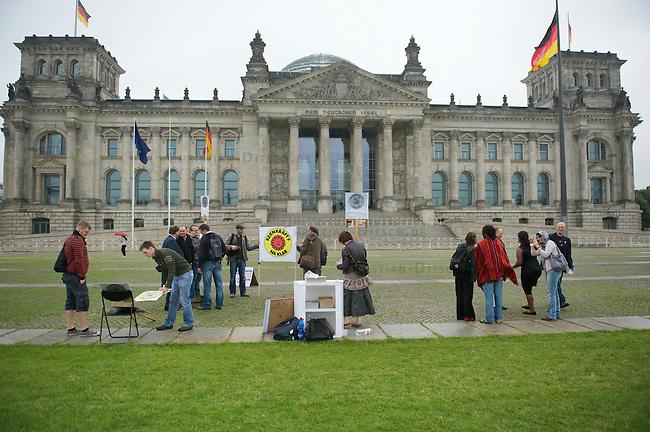 Kundgebung gegen den geplanten ausstieg aus der Atomkraft vor dem Berliner Reichstag.<br /> Etwa ein dutzend Menschen versammelten sich am Donnerstag den 30. Juni 2011 vor dem Reichstag in Berlin um mit einer Mahnwache gegen den gelpanten Ausstieg aus der Atomkraft zu protestieren. Zu der Veranstaltung hatte eine Facebook-Gruppe Pro Kernkraft aufgerufen. Verantwortlicher fuer die Aktion war Matthias Kraume, der dafuer eigens aus aus Essen angereist war.<br /> 30.6.2011, Berlin<br /> Copyright: Christian-Ditsch.de<br /> [Inhaltsveraendernde Manipulation des Fotos nur nach ausdruecklicher Genehmigung des Fotografen. Vereinbarungen ueber Abtretung von Persoenlichkeitsrechten/Model Release der abgebildeten Person/Personen liegen nicht vor. NO MODEL RELEASE! Nur fuer Redaktionelle Zwecke. Don't publish without copyright Christian-Ditsch.de, Veroeffentlichung nur mit Fotografennennung, sowie gegen Honorar, MwSt. und Beleg. Konto: I N G - D i B a, IBAN DE58500105175400192269, BIC INGDDEFFXXX, Kontakt: post@christian-ditsch.de<br /> Bei der Bearbeitung der Dateiinformationen darf die Urheberkennzeichnung in den EXIF- und  IPTC-Daten nicht entfernt werden, diese sind in digitalen Medien nach &sect;95c UrhG rechtlich geschuetzt. Der Urhebervermerk wird gemaess &sect;13 UrhG verlangt.]