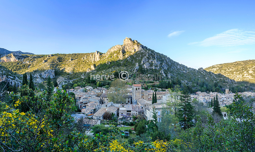 France, H&eacute;rault (34), Saint-Guilhem-le-D&eacute;sert, labellis&eacute; Les Plus Beaux Villages de France, vue g&eacute;n&eacute;rale du village avec l'abbaye // France, Herault, Saint Guilhem le Desert, labelled Les Plus Beaux Villages de France (The Most beautiful<br /> Villages of France)