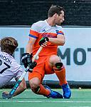 Den Bosch  - Sander Baart (Ned)  met Tom Boon (Belgie) tijdens   de Pro League hockeywedstrijd heren, Nederland-Belgie (4-3).    COPYRIGHT KOEN SUYK