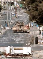 Tanques israelies avaanzan en la principal avenida del pueblo Palestino de Belen, el ejercito israeli entro a las mayores ciudades y pueblos palestinos. Foto  Quique Kierszenbaum