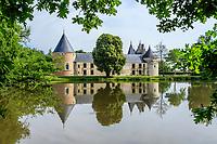 France, Loiret (45), Chilleurs-aux-Bois, château et jardins de Chamerolles, l'étang et la façade sud du château