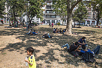 Migranti attendono nei giardini di Belgrado<br />