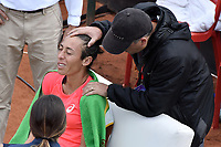 BOGOTA -COLOMBIA. 13-04-2017: Francesca Schiavone (ITA) es atendida por un médico durante juego contra Kiki Bertens (NED) de cuartos de final del Claro Open Colsanitas WTA 2017 jugado en el Club Los Lagartos en Bogota. /  Francesca Schiavone (ITA) is attended by the medics during match against Kiki Bertens (NED) for the quater final of Claro Open Colsanitas WTA 2017 played at Club Los Lagartos in Bogota city. Photo: VizzorImage/ Gabriel Aponte / Staff