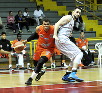 BOGOTA - COLOMBIA: 28-03-2014: Ljubisa Vrcelj (Der.) jugador de Piratas, disputa el balón con Yader Fernandez (Izq.)  jugador de Bucaros Freskaleche, durante partido entre Piratas de Bogota y Bucaros Freskaleche de Bucaramanga por la fecha 6 de la Liga Directv Profesional de Baloncesto I en partido jugado en el Coliseo El Salitre de la ciudad de Bogota. / Ljubisa Vrcelj (R) player of Piratas fights for the ball with Yader Fernandez (L) player of Bucaros Freskaleche, during a match betweeen Piratas of Bogota and Bucaros Freskaleche of Bucaramanga for the date 6 of of la Liga Directv Profesional de Baloncesto I, game at the El Salitre Coliseum in Bogota City. Photo: VizzorImage / Luis Ramirez / Staff.