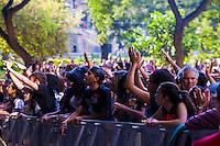 SÃO PAULO,SP, 20 DE ABRIL DE 2013 - SHOW EM HOMENAGEM A RAUL SEIXAS - Movimentação durante o Canta Raul projeto que presta homenagem ao cantor Raul Seixas. O festival, organizado pelo Centro Cultural Banco do Brasil-SP, celebra o seu aniversário e os de 40 anos do primeiro álbum de Raul, Krig-ha, Bandolo! No Vale do Anhagabaú na região central da capital paulista, neste sábado, 20. (FOTO RICARDO LOU - BRAZIL PHOTO PRESS)