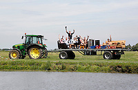Nederland Schermerhorn  2016 07 10. Toeschouwers van de  Prutmarathon; een wedstrijd slootjespringen in de Mijzenpolder.  Foto Berlinda van Dam / Hollandse Hoogte
