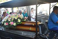 RIO DE JANEIRO, RJ, 07.08.2015 - VIOLENCIA-RJ - Homem é enterrado no Cemitério no Catumbi após ser atingido por uma bala perdida dentro da própria residência no Bairro de Quintino Bocaiuva zona norte do Rio de Janeiro nesta sexta-feira, 07. (Foto: Celso Barbosa/Brazil Photo Press)