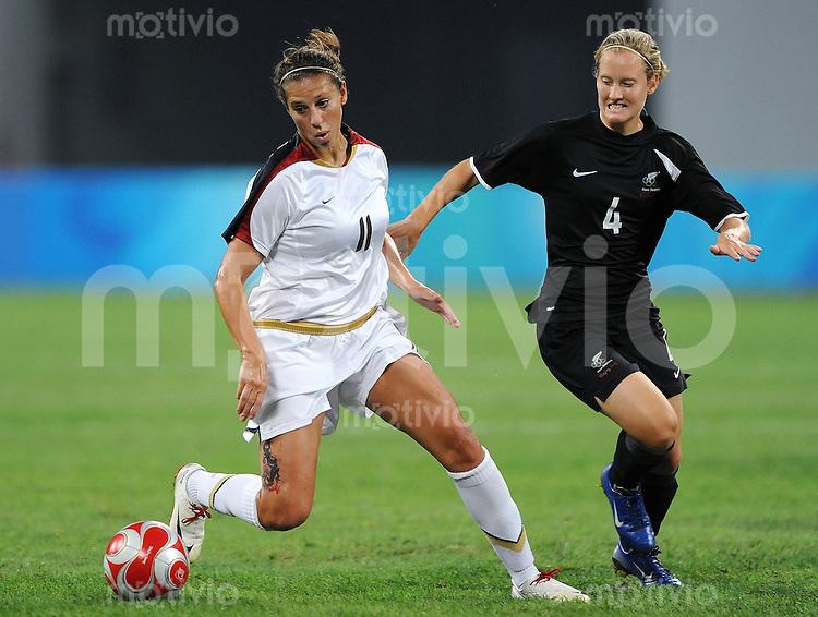 Olympia 2008  Peking  Fussball  Frauen   12.08.2008 USA - Neuseeland Carli LLOYD (USA, l) gegen Katie HOYLE (NZL).